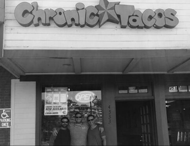 現在も営業中の一号店(ニューポートビーチ)。中央がファウンダーのランディ。
